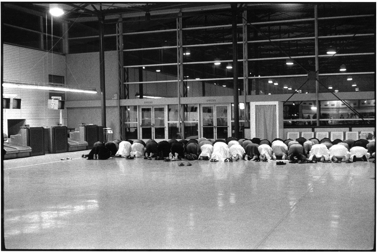 Prière avant l'arrivée d'un pèlerinage à la Mecque, Roissy, 5 mai 1996